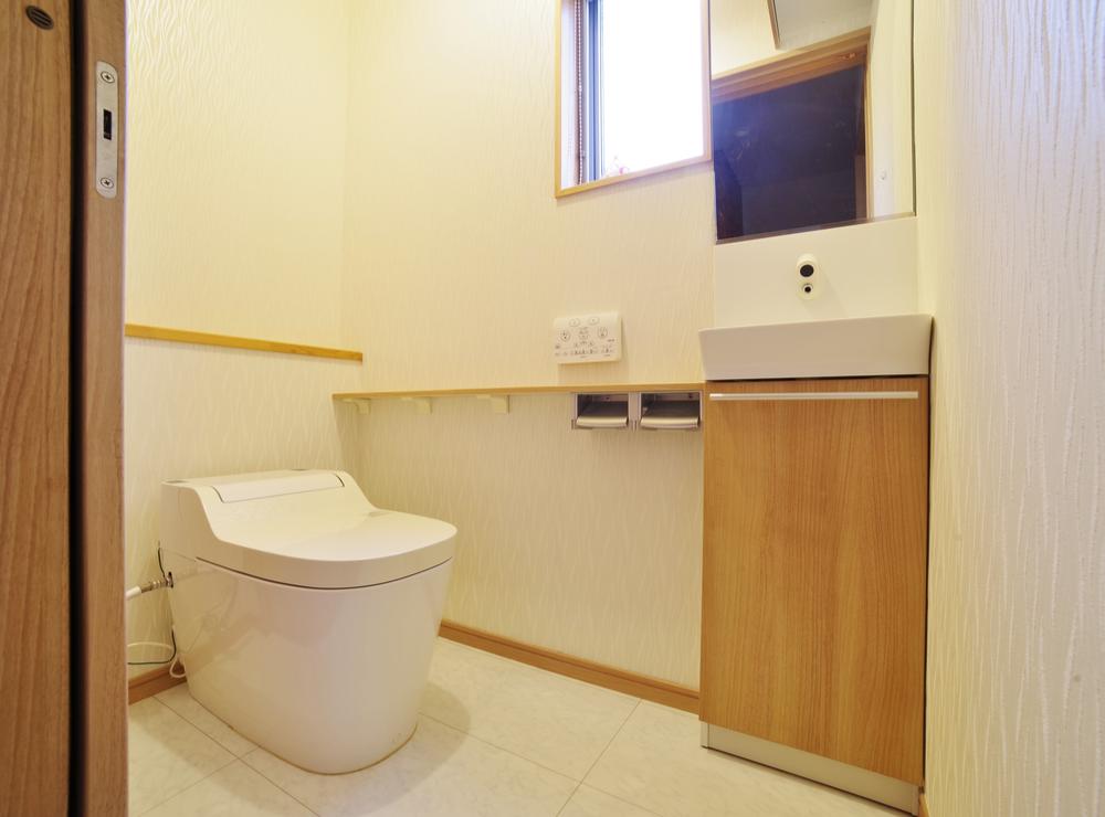 DIYでトイレに壁紙を貼る手順