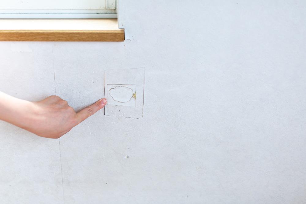 リビングの壁はDIYで補修!壁材別に道具と手順を解説