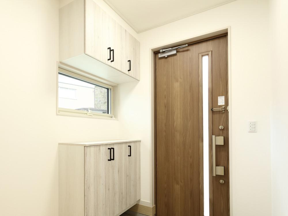 玄関の狭さは壁面収納で解決!DIYする場合の手順とおすすめ商品
